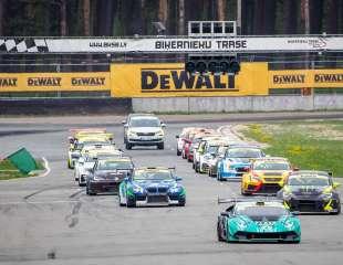 """Ar skaistām cīņām noslēdzies Baltijas autošosejas sezonas atklāšanas posms """"DEWALT Grand Prix"""""""